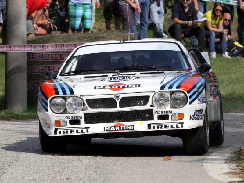 The Lancia 037 won only the ONE VRC championship in the categories of the manufacturer, and it is steering for the rig that goes first. How? The first engine with 300 hp. Mark Alen, Henri Toivonen, Mike Baixion and Walter Rohrl went to this car; they will be able to become champion in 1983.